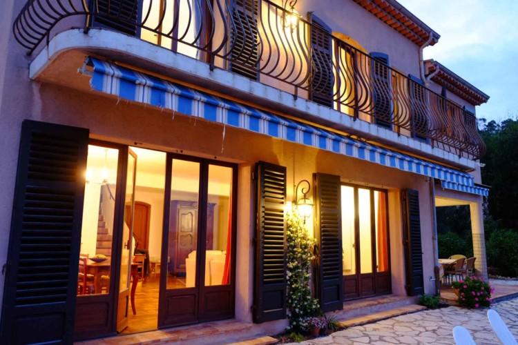 Villa de Vacance avec piscine à Théoule Sur Mer près de Cannes (façade de nuit)